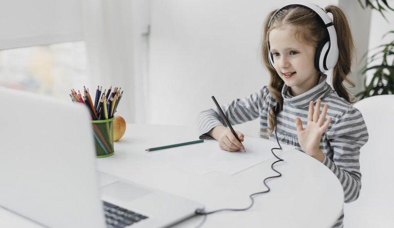 Cum îi protejezi ochii copilului tău când aproape toți îl trimit în fața ecranelor?