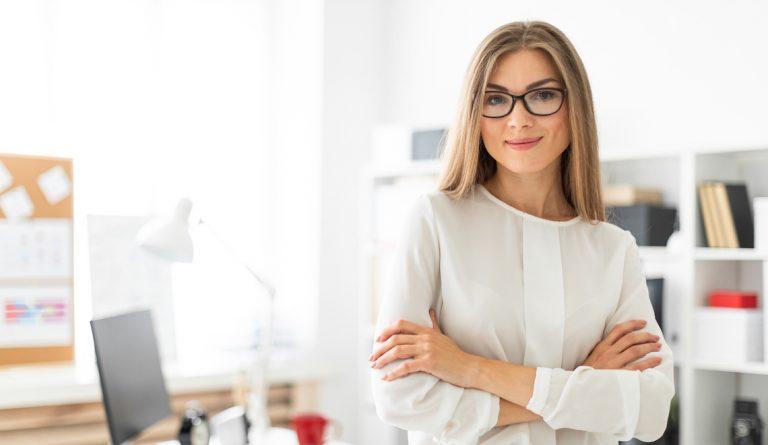 Ce sunt ochelarii fără dioptrii și cine îi poate folosi?